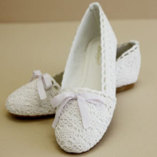 Crocheted-shoe-with-bow